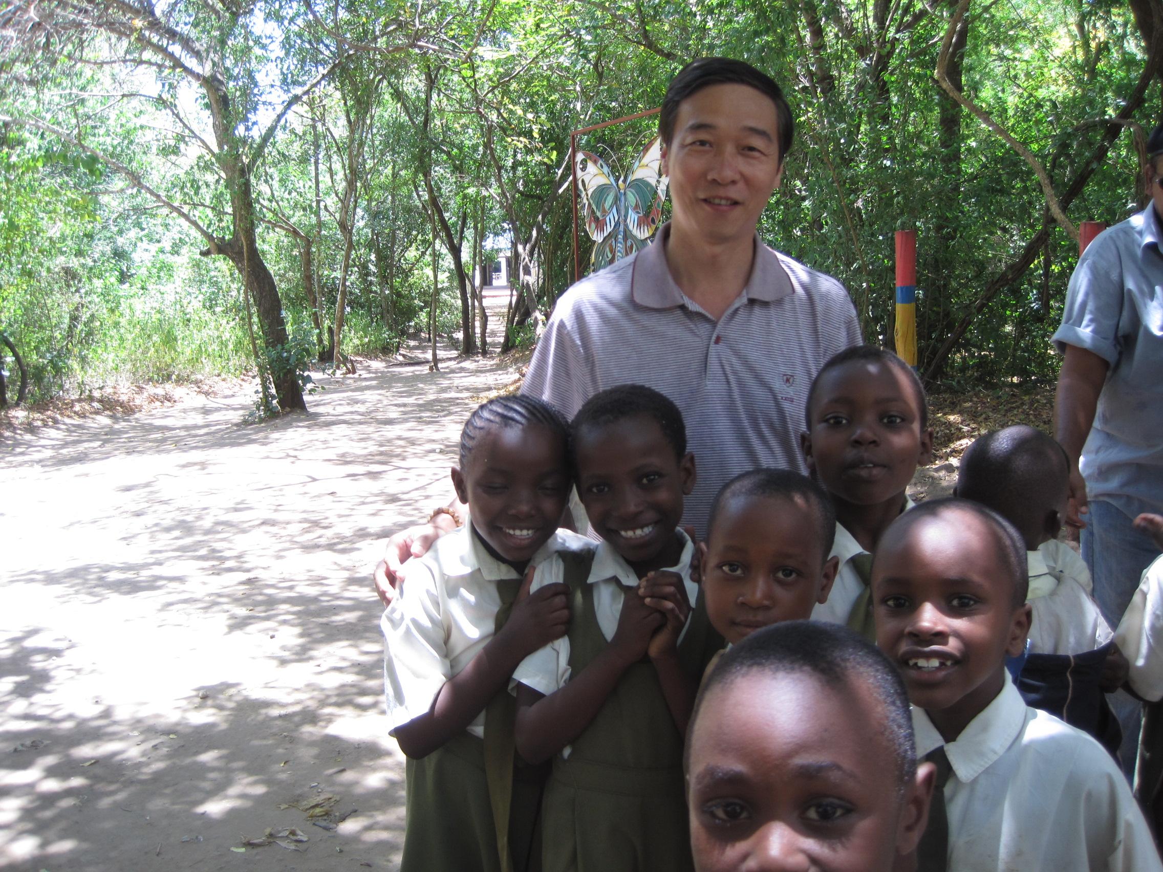 2010年10月张一平教授在肯尼亚考察文化教育