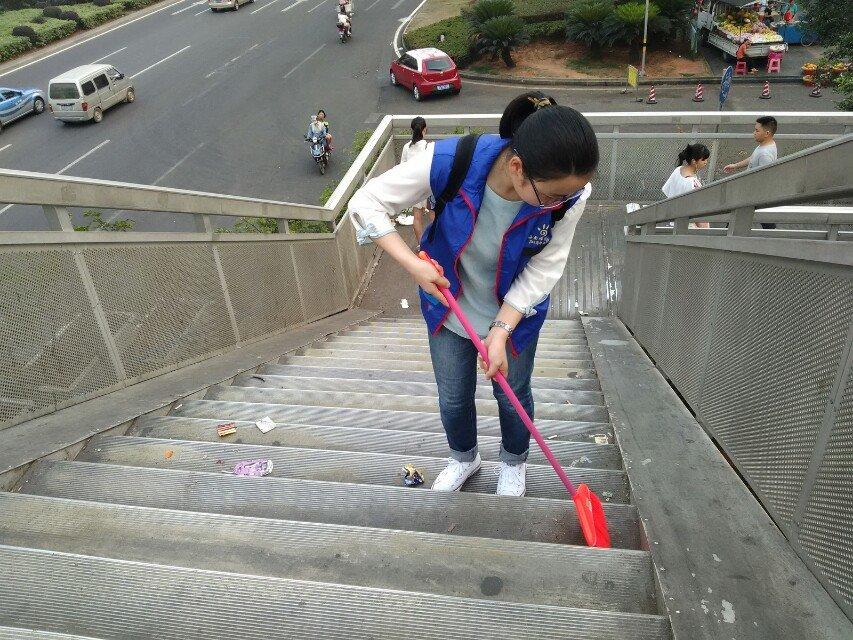 """清洁海师天桥,从你我自身做起————记生科院""""桥梁美容师""""活动"""