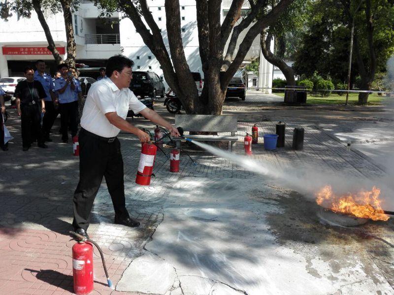 我校举行安保人员消防技能比赛