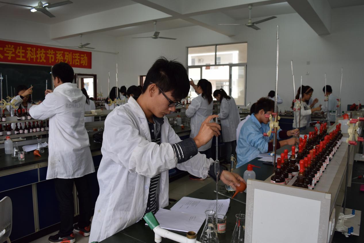 化学与化工学院大学生科技节系列活动之化学实验技能大赛