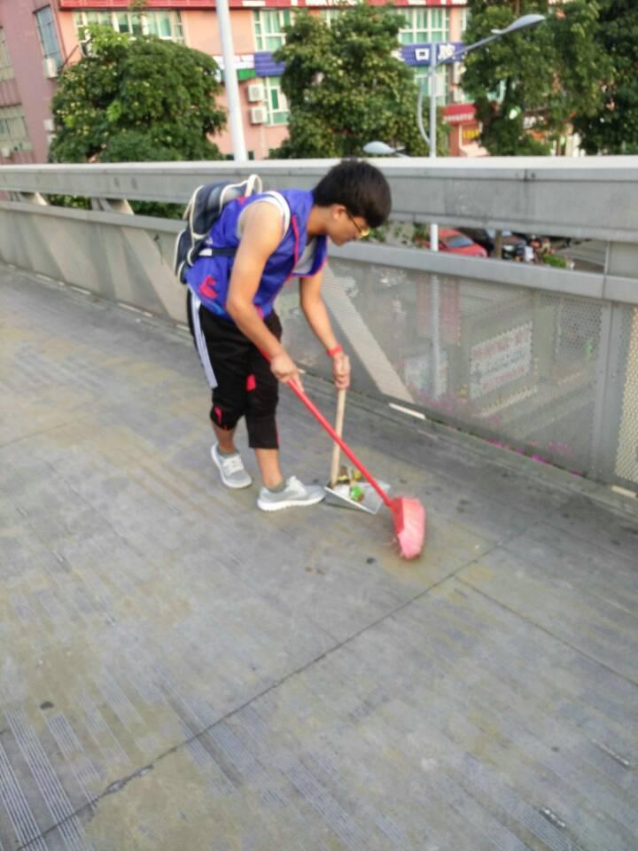 喜迎元旦尽力清扫天桥  净化城市积极参与双创