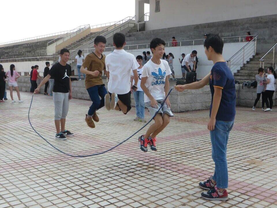 """跳出青春,跳出活力――记法学院""""三走""""系列活动之跳大绳比赛"""