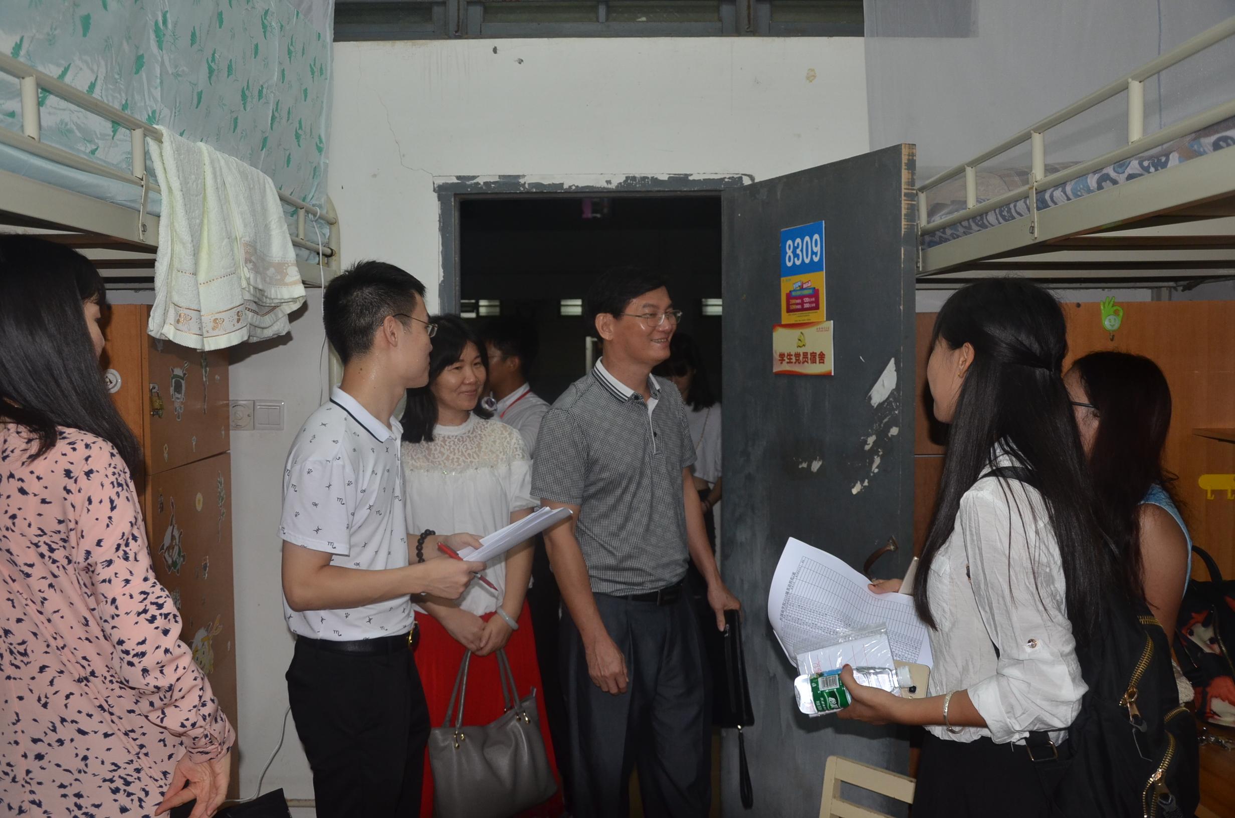 心系新生 爱暖宿舍 ----记外国语学院走访2016级新生宿舍