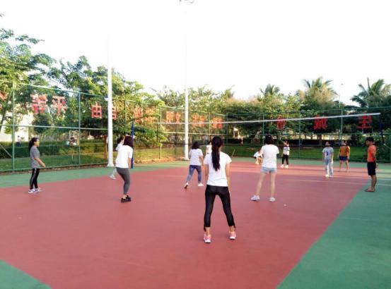 挥洒汗水,舞动青春——记化学与化工学院女子排球赛