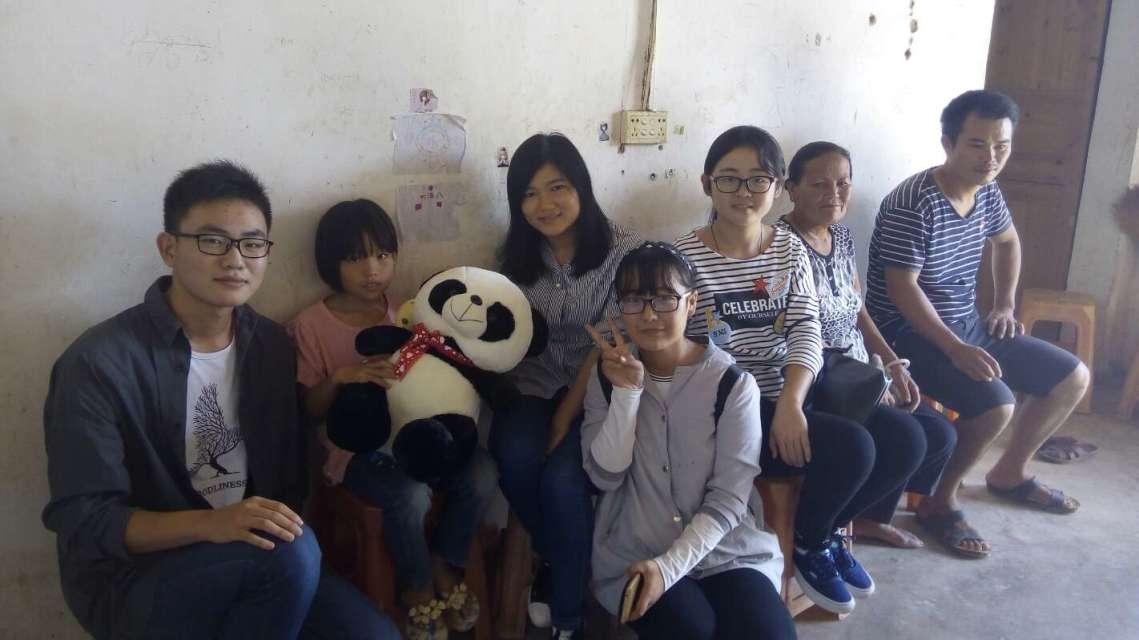 旅游学院16级管理类13班下乡看望贫困儿童