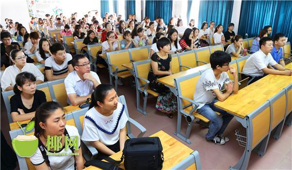 bbin体育真人平台师生收看海南省第七次党代会开幕会直播
