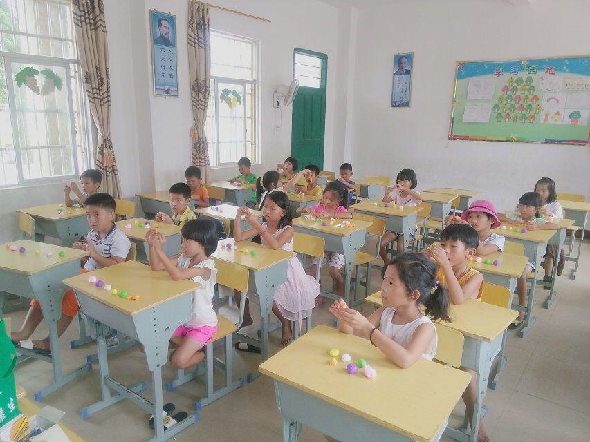 青年之声·文学院学子爱心支教 走进万宁曲冲村小学
