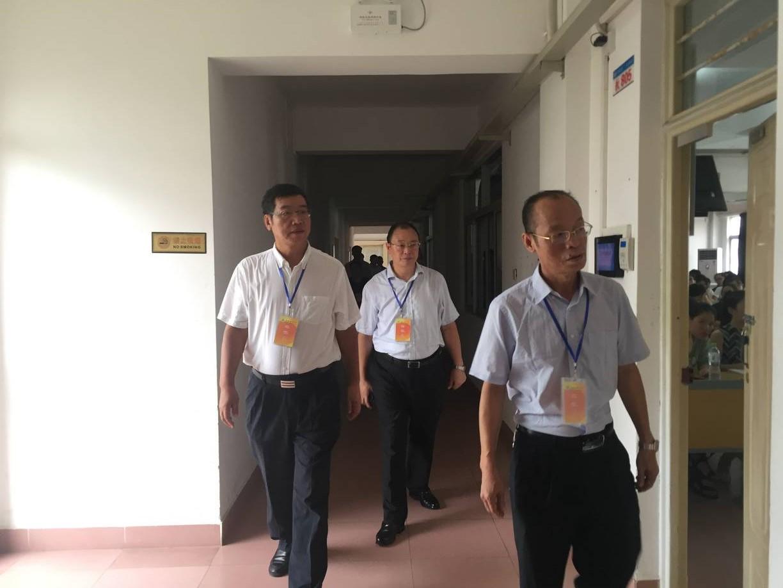 校领导巡视开学情况