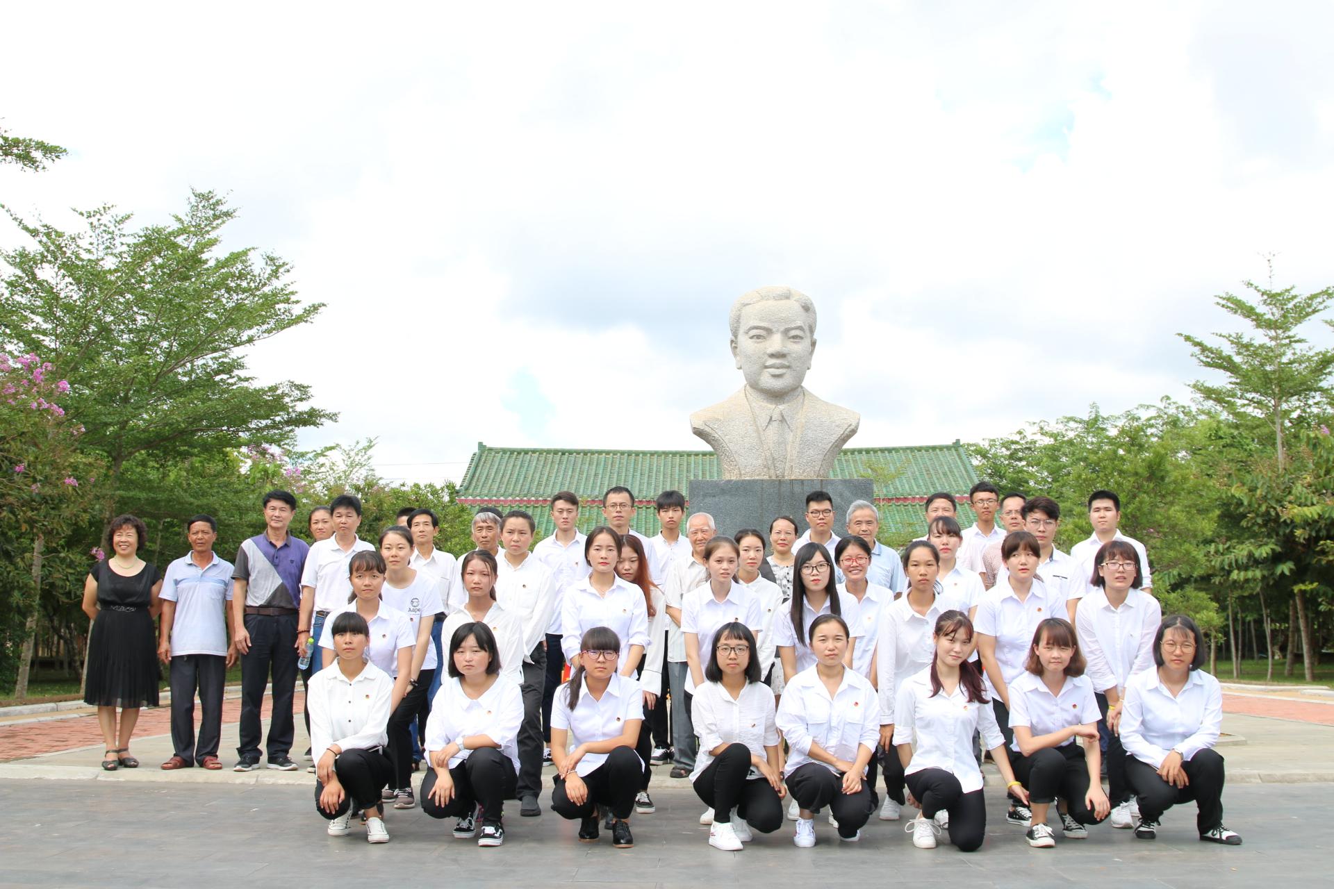 我校组织师生参加烈士纪念日活动