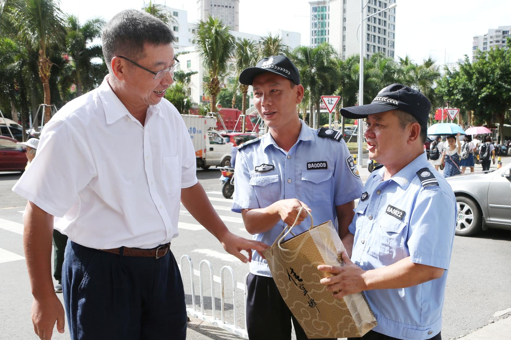 李红梅书记、林强校长国庆节慰问师生员工