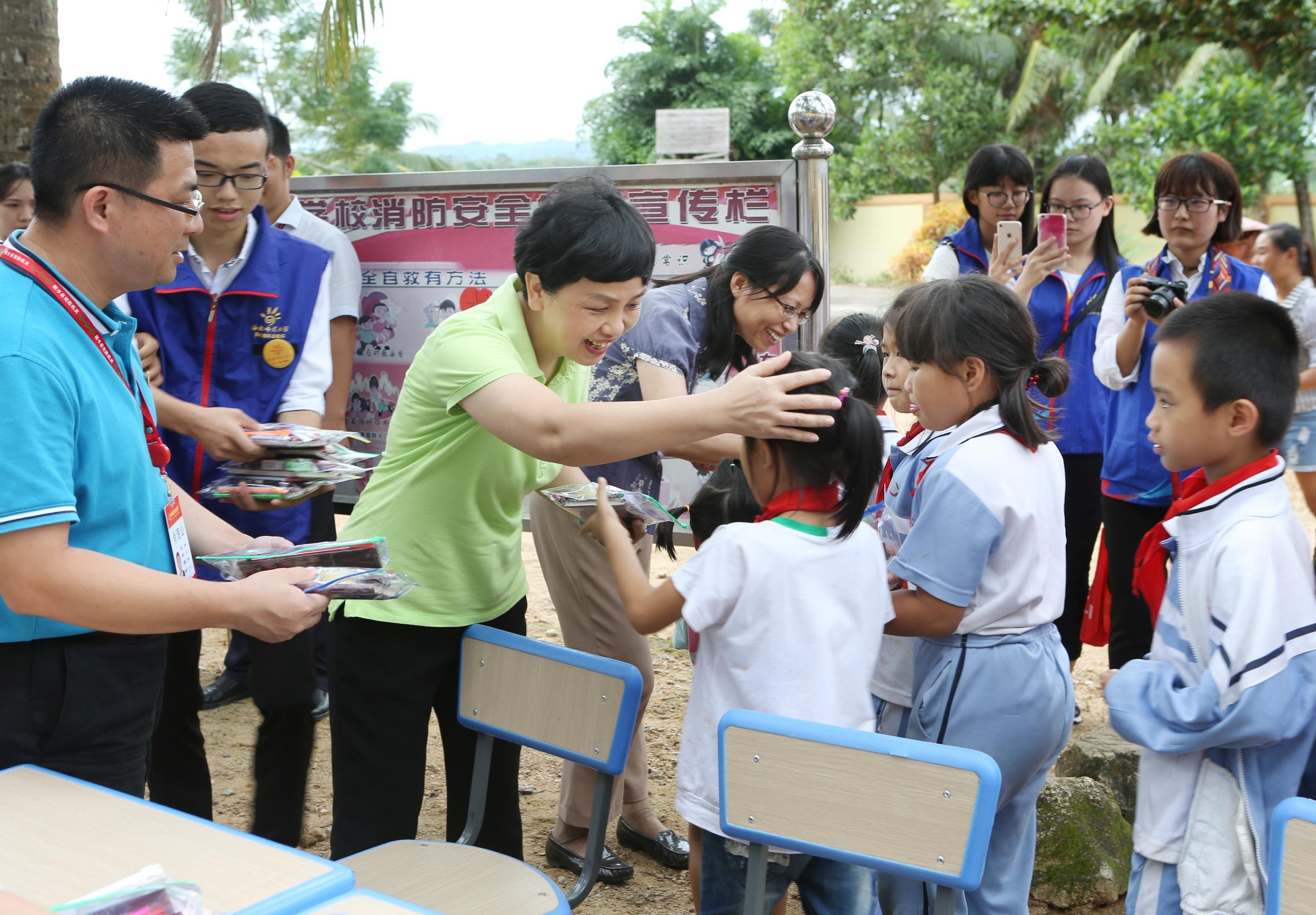 【喜迎十九大】我校赴陵水亚欠村开展扶贫日系列活动