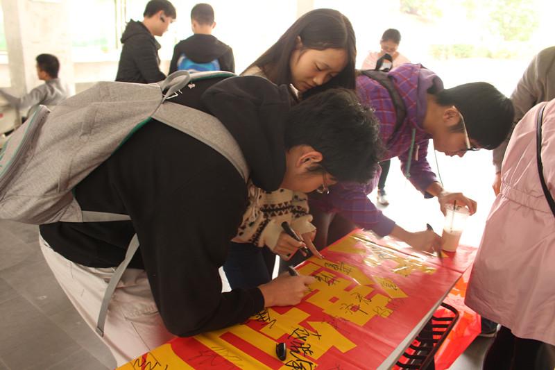 青年之声·维护宪法权威,弘扬宪法精神——记物理与电子工程学院法制宣传活动