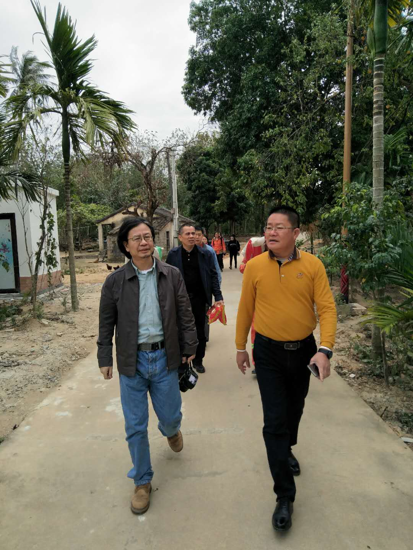 我院师生赴陵水亚欠村开展慰问活动
