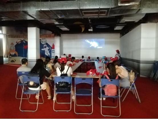 青年之声·新传学子在国庆期间为海南文昌航天科普馆游客提供科普讲解志愿服务