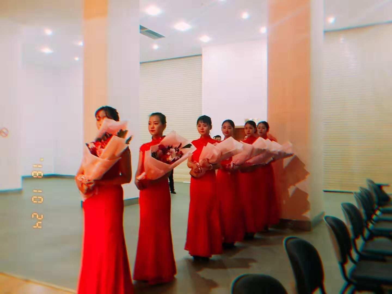 青年之声·音乐学院礼仪队参加在海口举办的全国脱贫攻坚先进事迹报告会