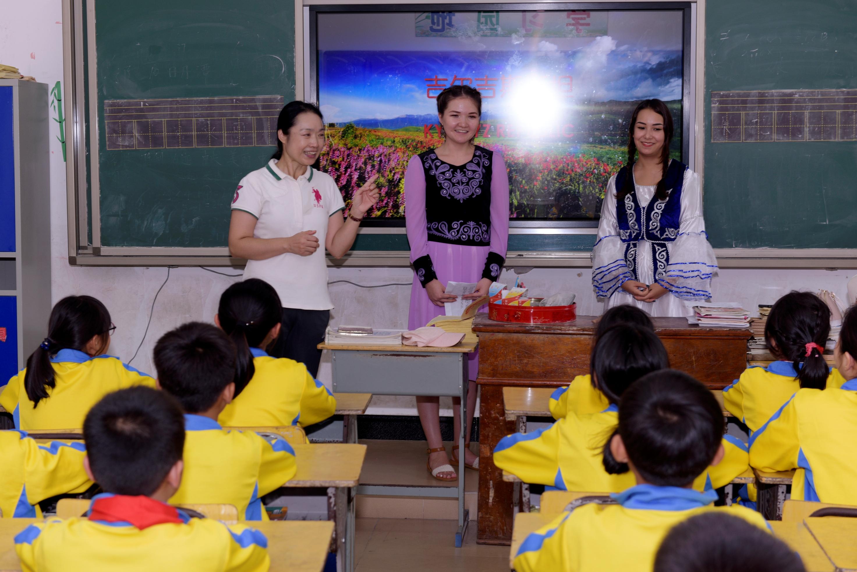 我校留学生赴万宁市东澳镇中心学校开展文化教育下乡实践活动
