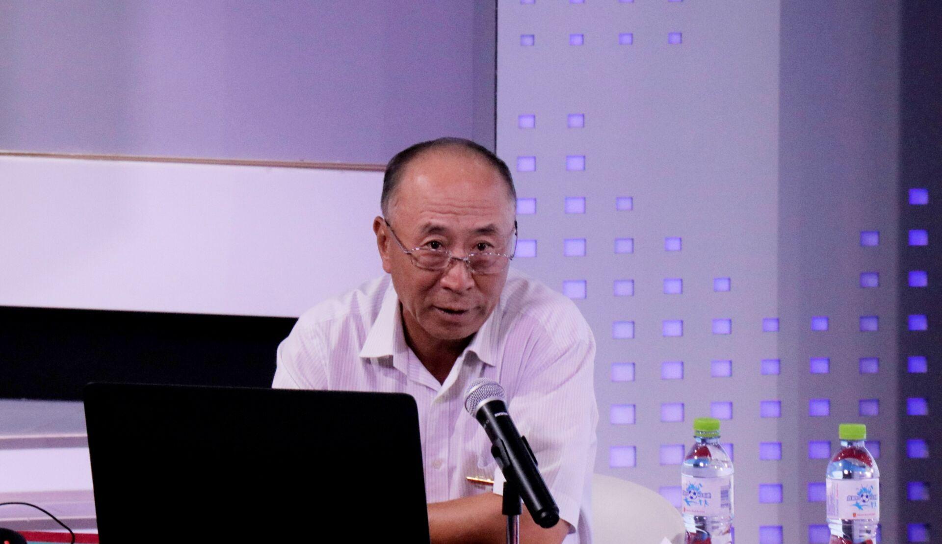 原省委宣传部常务副部长常辅棠为新闻学子讲学
