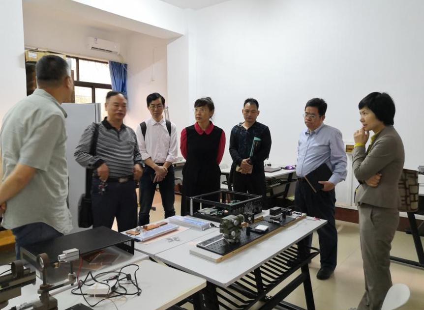 海口市科工信局领导参观我校物电学院实验室