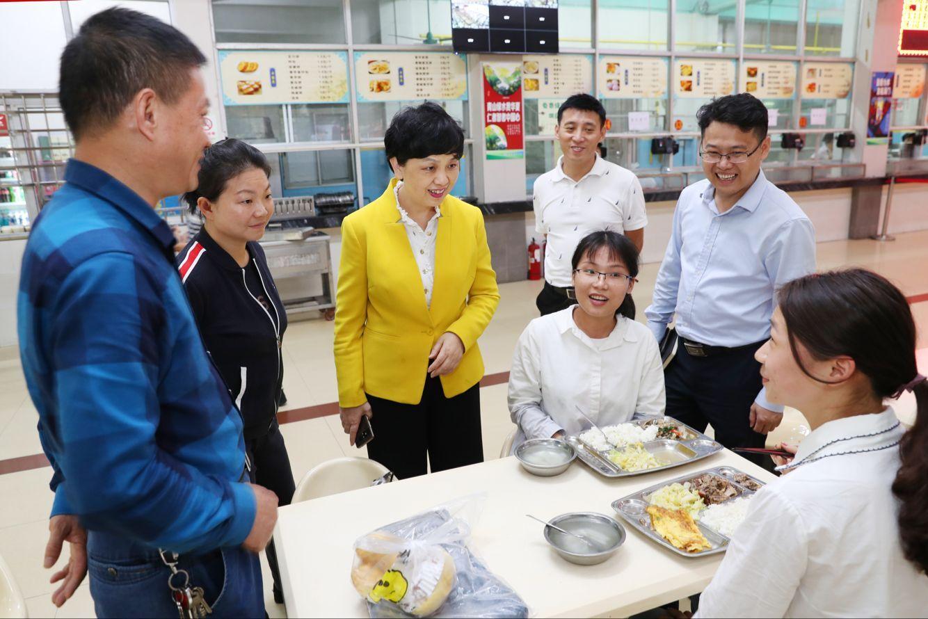 李红梅书记视察第一食堂改建工作
