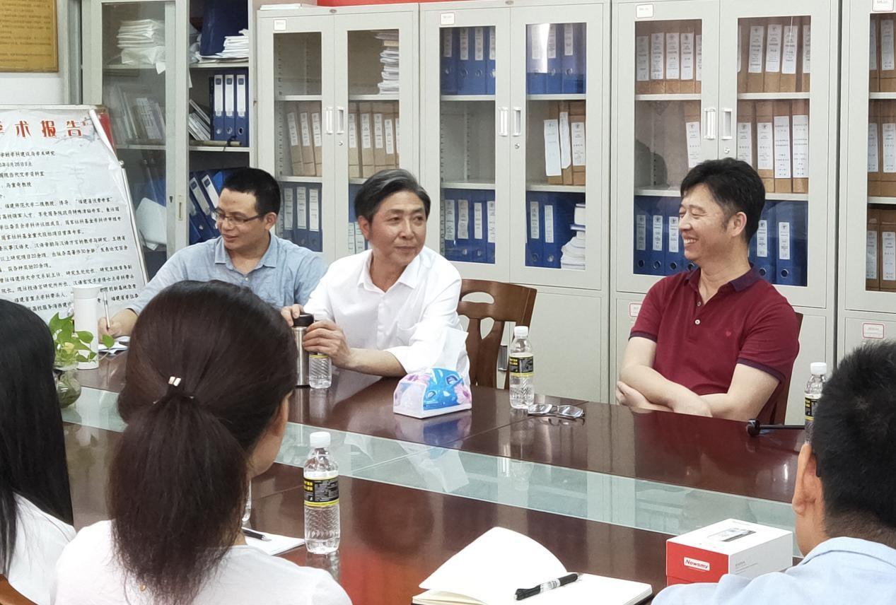 教育部长江学者特聘教授易闻晓与文学院师生座谈