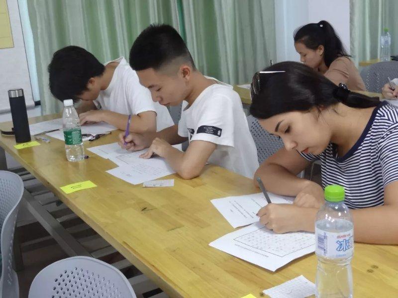 我校举办首届中外大学生硬笔书法比赛