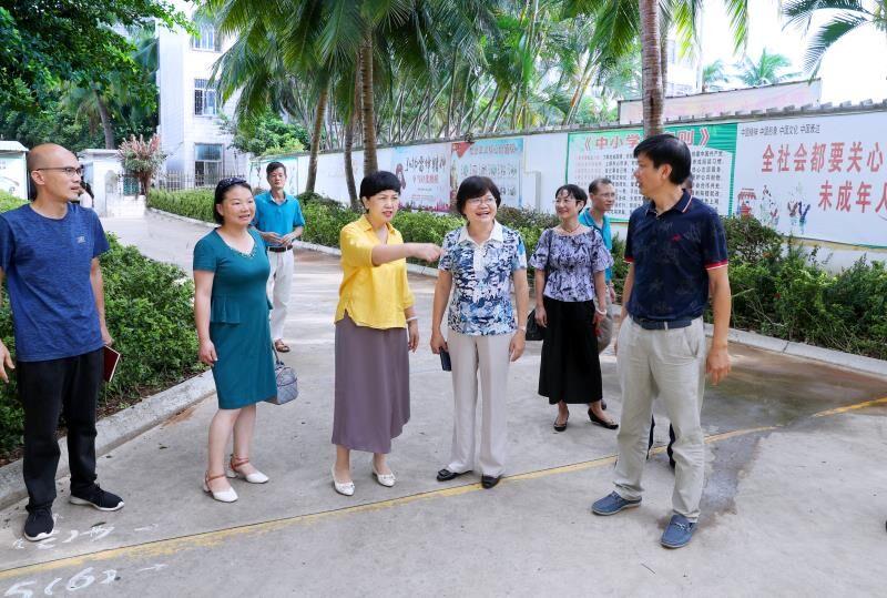 李红梅陪同省教育厅副厅长李燕仪到海师实验小学调研