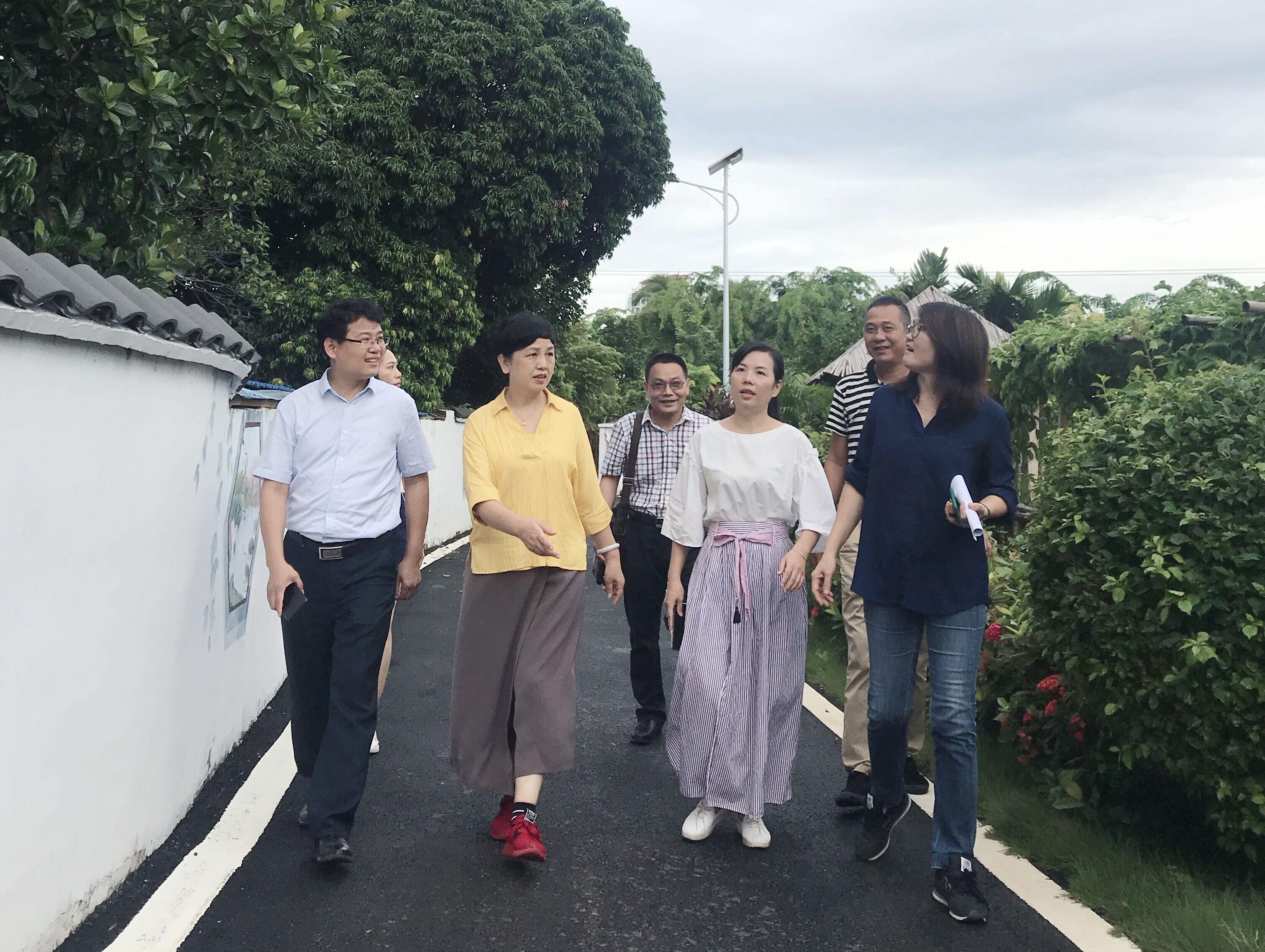 """李红梅看望乡村振兴工作队:扎根农村、""""十抓十好"""""""