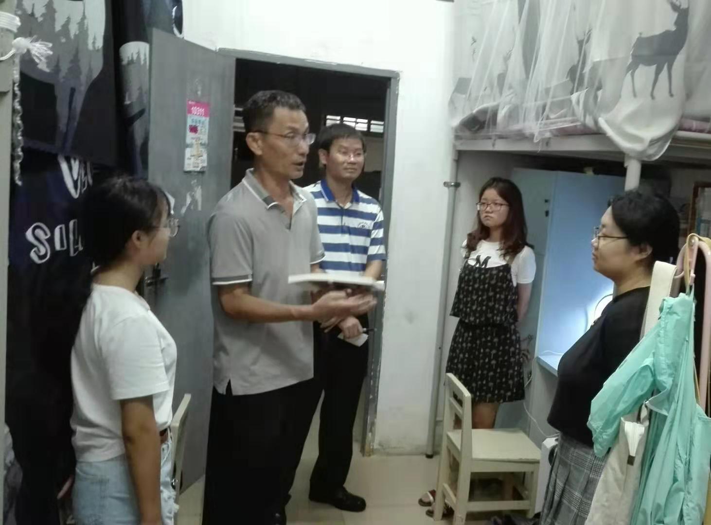 我院領導和老師走訪學生宿舍