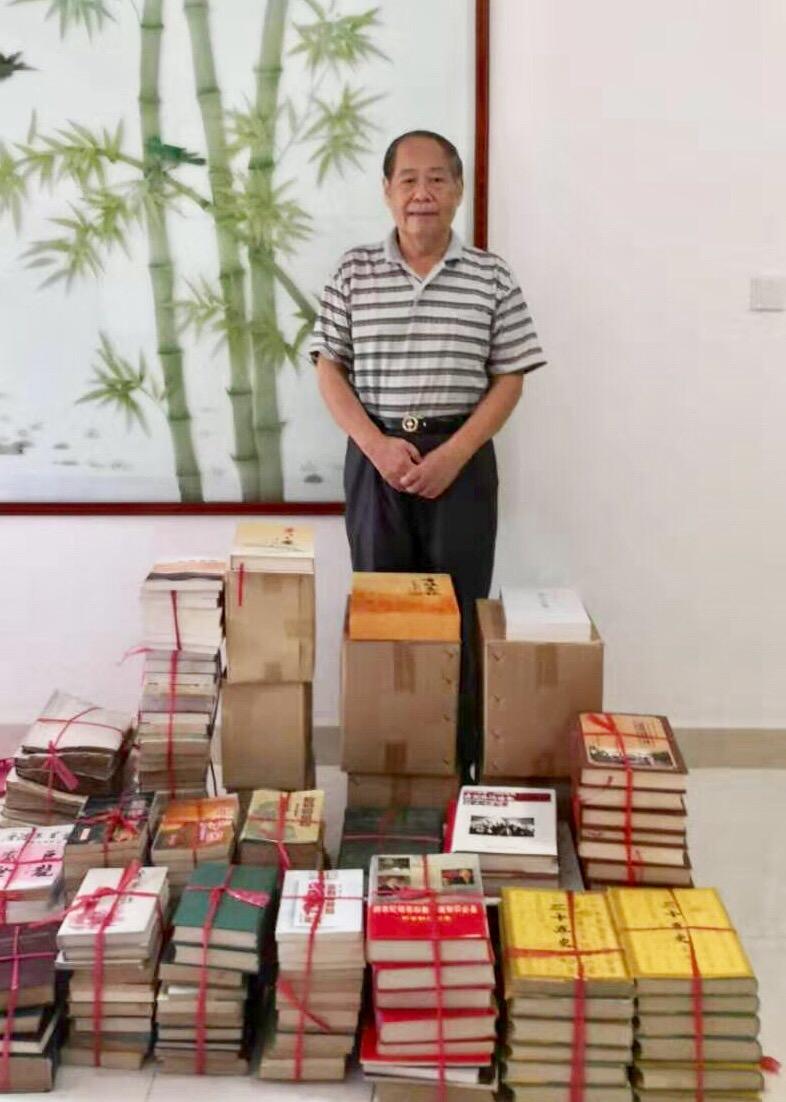 原国家侨联副主席林明江向我校捐赠图书
