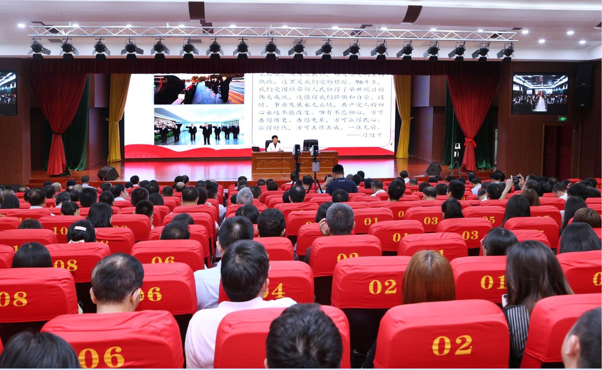 李红梅为两万师生同上一堂思政课