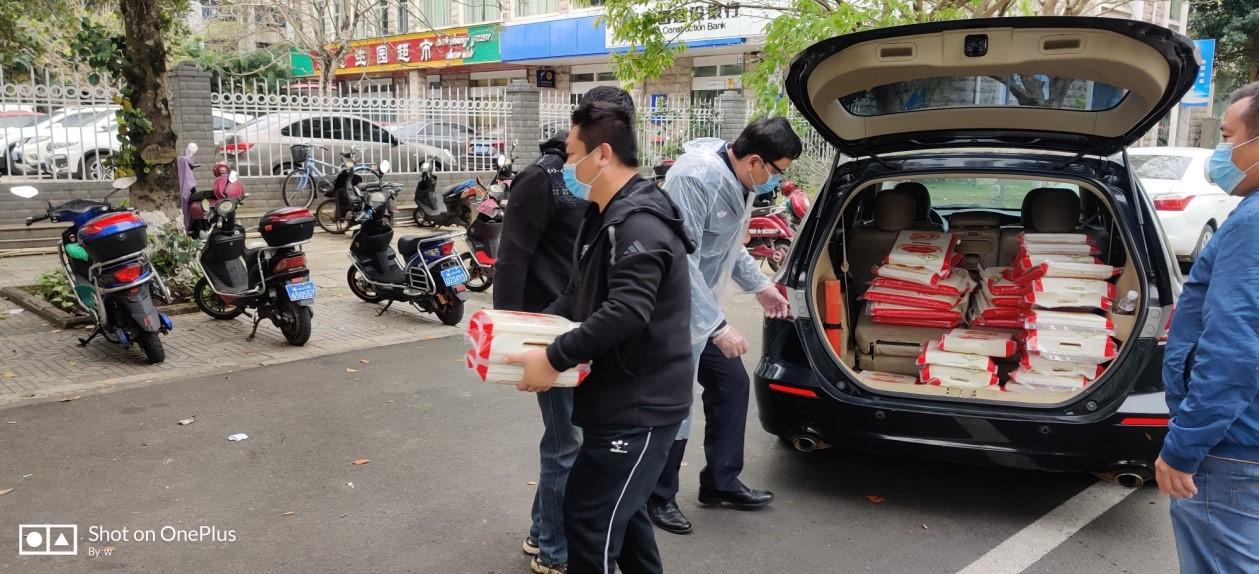 """一份""""沉甸甸""""的爱心――校友岳岩购5吨大米捐助武汉社区"""