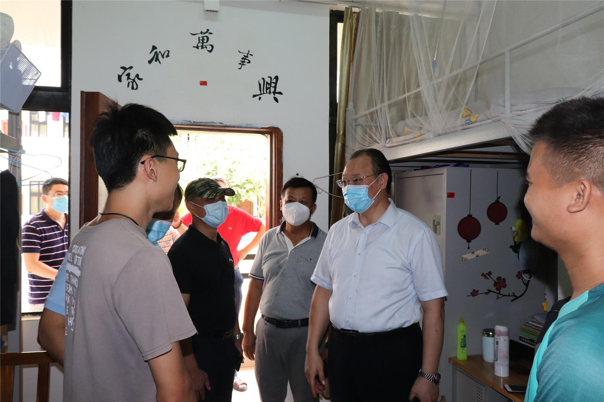 校領導在桂林洋校區迎接返校第二批學生