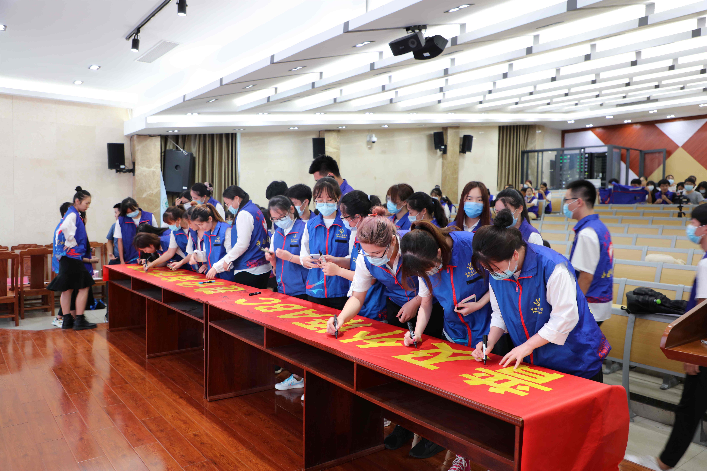 我校率先成立自贸港公民外语水平提落志愿服务队