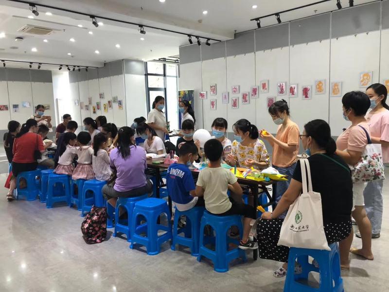 """学前教育系在省图书馆举行""""孩子的视界""""手工美术玩教具亲子活动"""