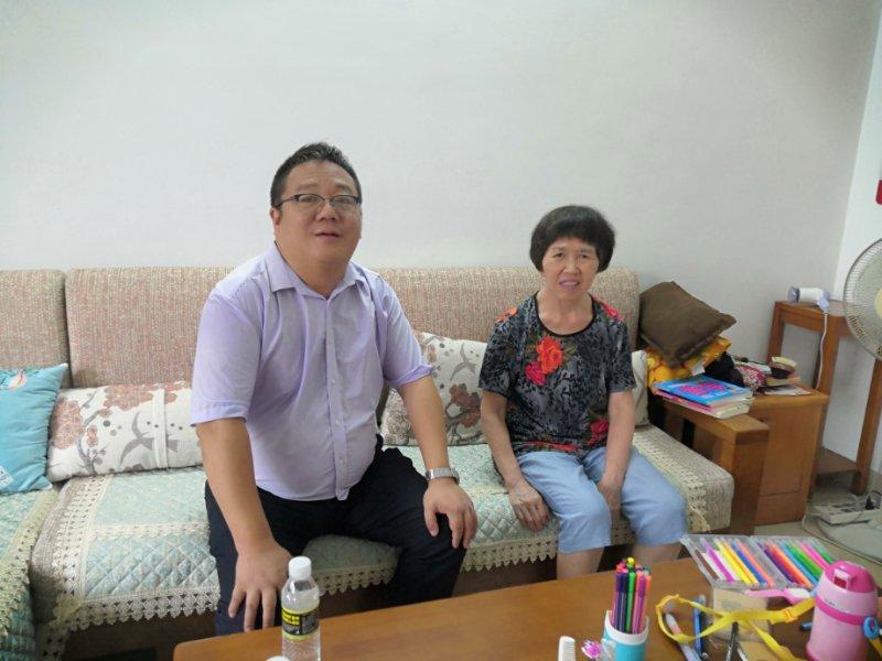 外国语学院在教师节来临之际慰问退休教师