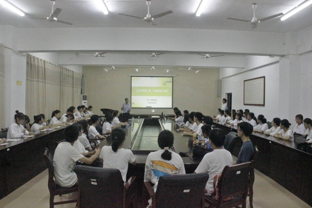 青年之声·记文学院开学第一课与新生入党知识宣讲教育