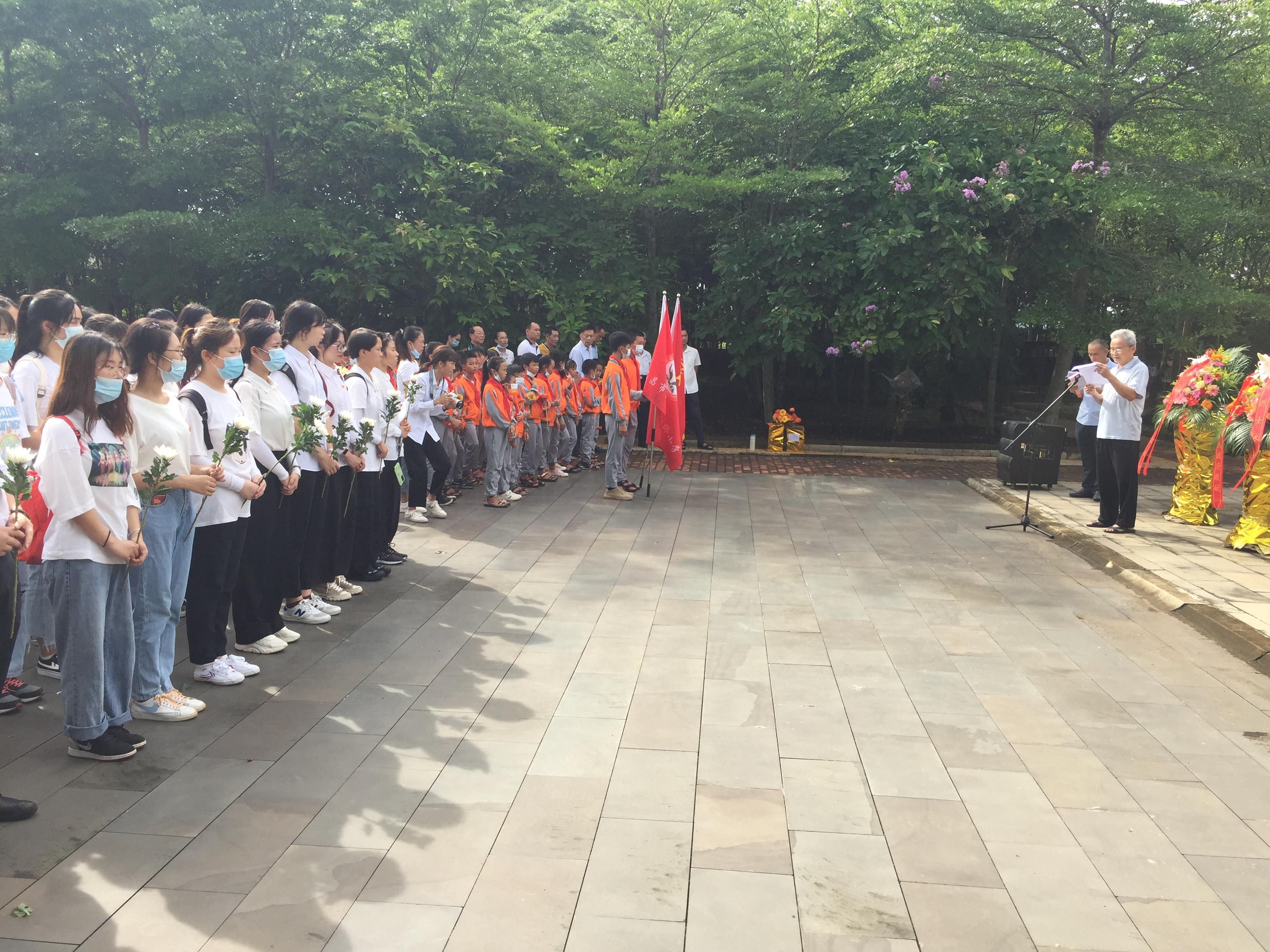 我校师生到符克纪念园开展烈士纪念日活动