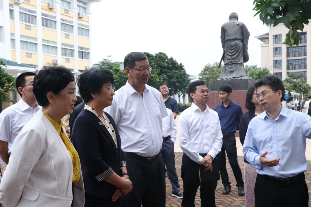 海南省委常委、宣传部长肖莺子一行来365亚洲最新线路网址调研