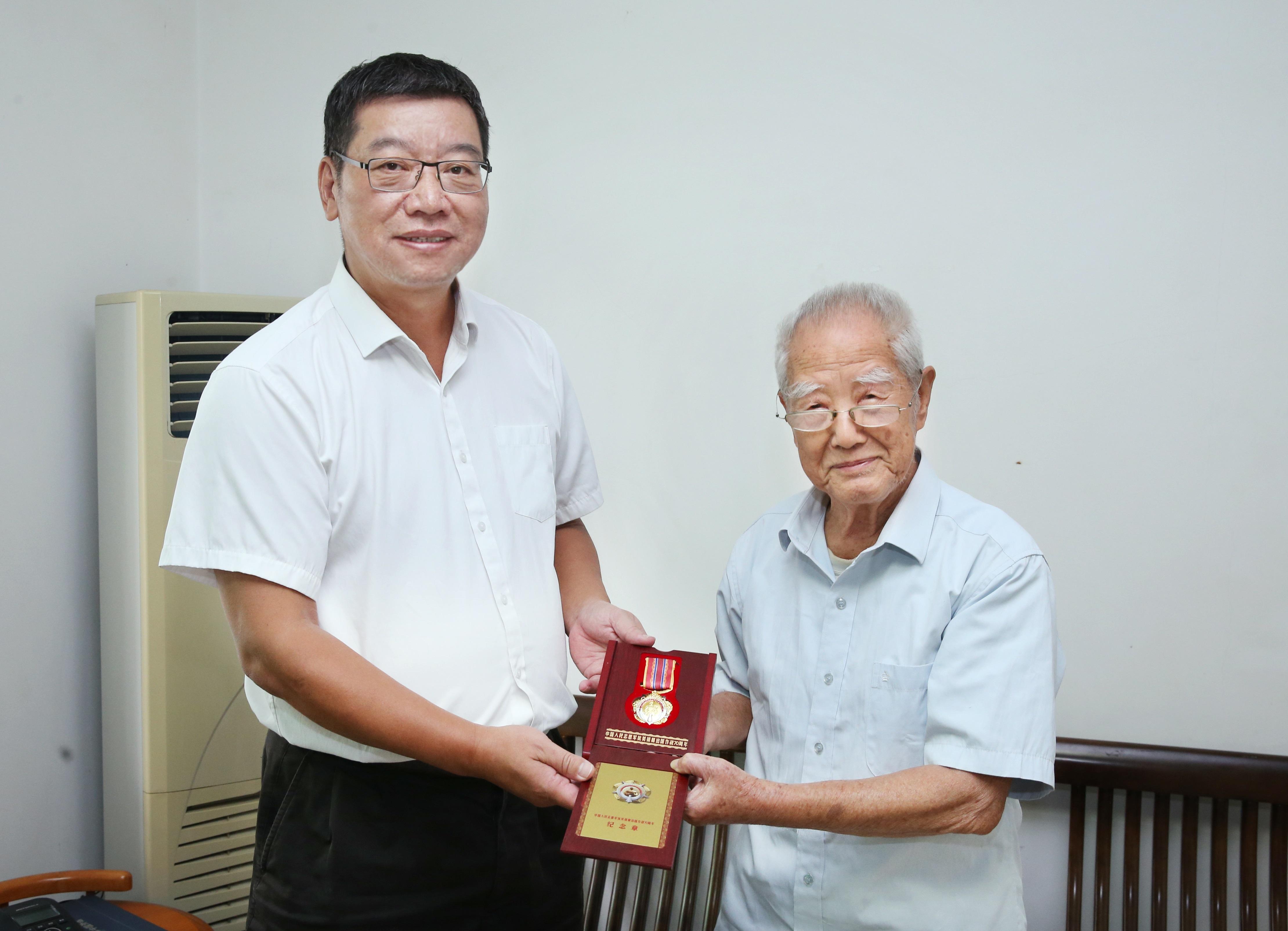退休干部朱荣衢获颁抗美援朝出国作战70周年纪念章