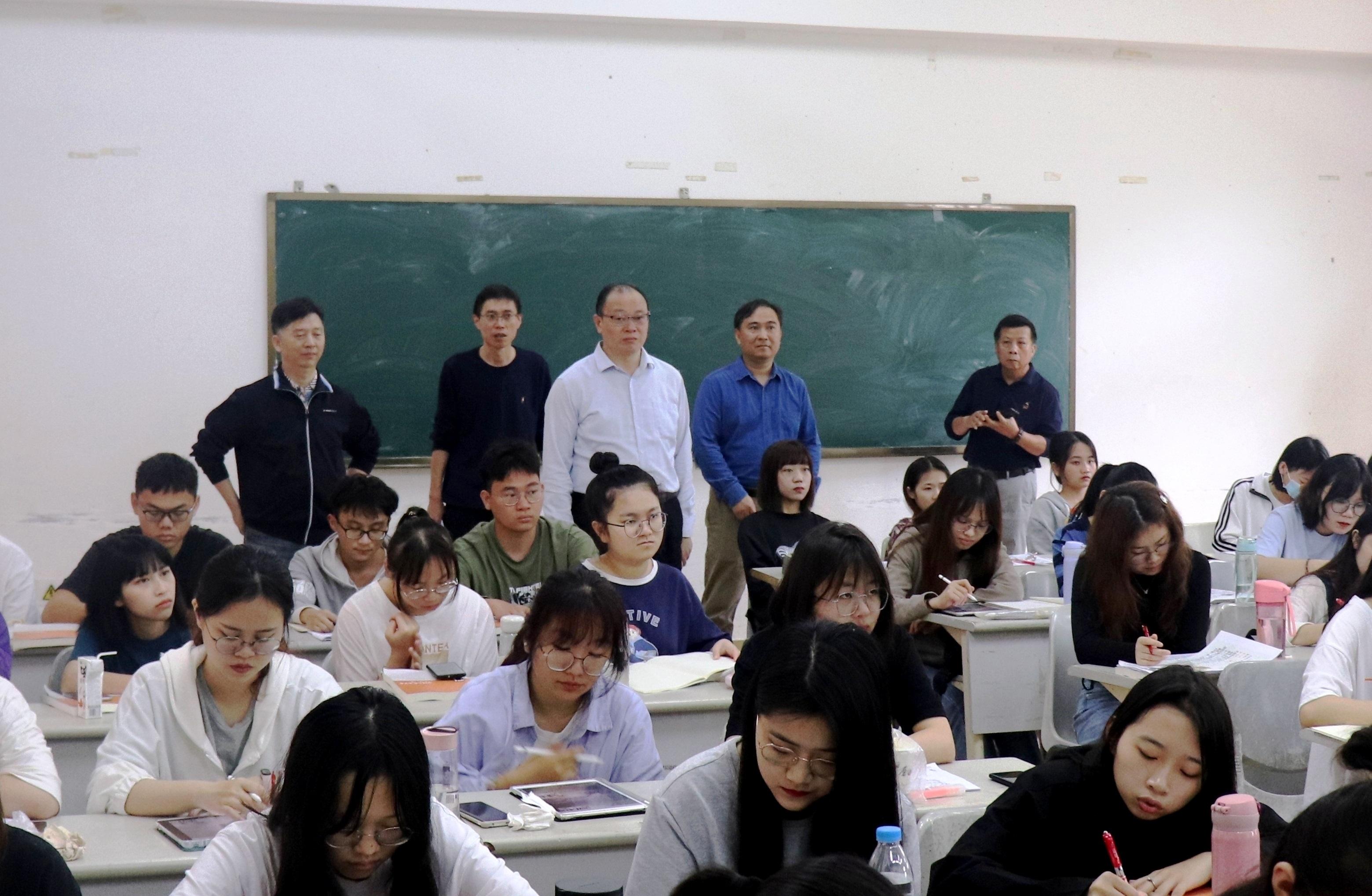 校领导检查新学期开学工作情况