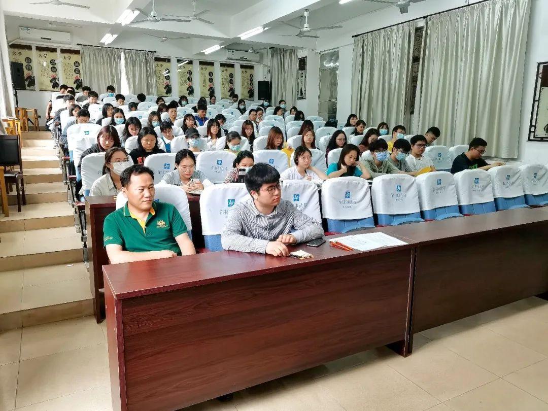 """学院举办""""塑造自我、成就梦想""""就业指导沙龙活动"""